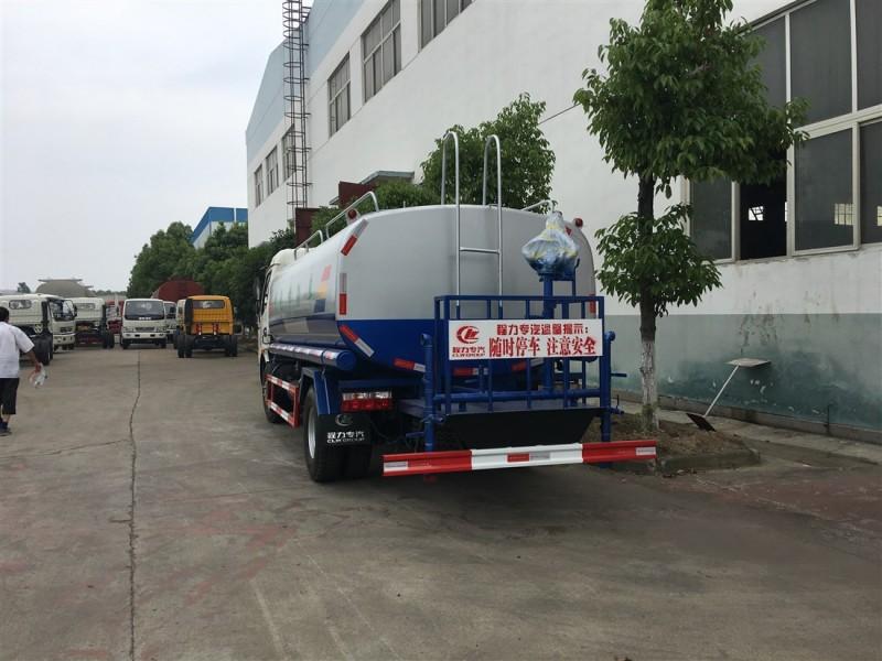 东风大多利卡8吨-9.2吨洒水车正后面图