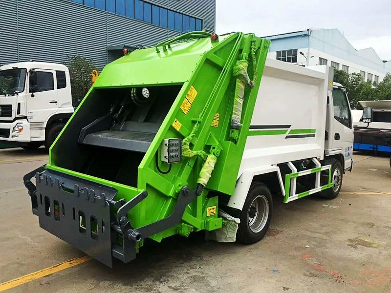 凯马5方压缩式垃圾车后右面图