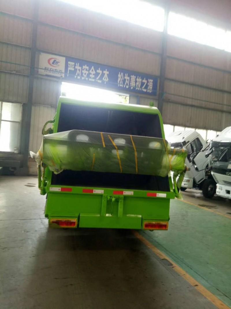 东风多利卡8方压缩式垃圾车正后面图