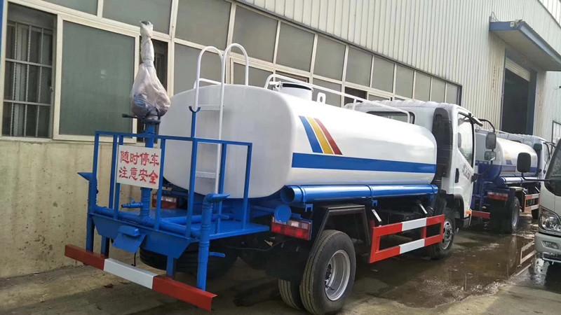 解放虎VN 5吨洒水车后右面图