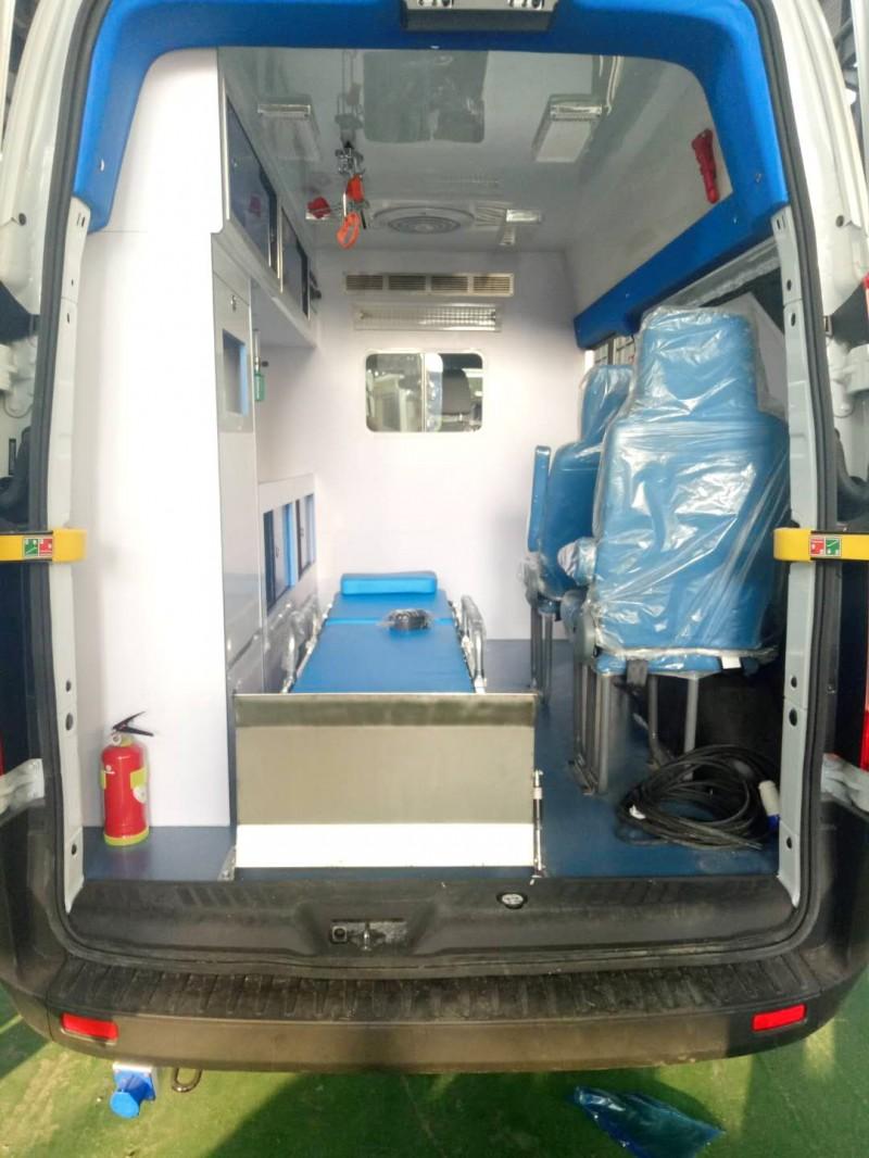 新全顺V362长轴中顶柴油监护型奥特曼救护车