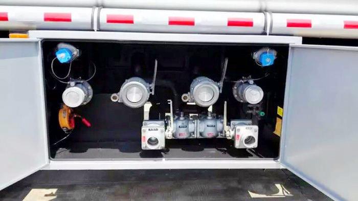 东风特商小三轴21.5方油罐车图片